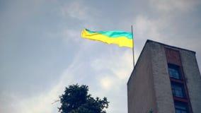 Ukrainsk flagga som fladdrar på pol på en byggnad arkivfilmer