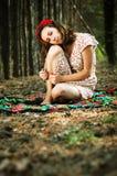 Ukrainsk flicka i skogen arkivbild
