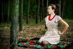 Ukrainsk flicka i skogen royaltyfria bilder