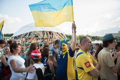 Ukrainsk fotbollventilator med en ukrainsk flagga Arkivbild