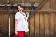 Ukrainsk gravid kvinna i traditionell broderad skjorta Fotografering för Bildbyråer