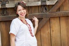 Ukrainsk gravid kvinna i traditionell broderad skjorta Royaltyfri Foto
