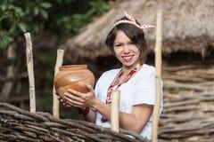 Ukrainsk gravid kvinna i traditionell broderad skjorta Arkivbilder