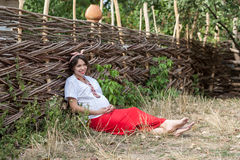 Ukrainsk gravid kvinna i traditionell broderad skjorta Arkivfoto