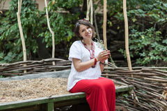 Ukrainsk gravid kvinna i traditionell broderad skjorta Royaltyfria Foton