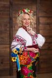 Ukrainsk gravid kvinna i vyshyvanka Arkivfoto