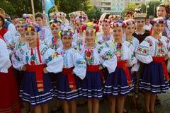 Ukrainsk grupp av dansare i traditionella dräkter Arkivfoto