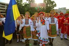 Ukrainsk grupp av flickor i traditionella dräkter på den internationella folklorefestivalen för barn och guld- fisk för ungdom Arkivbild