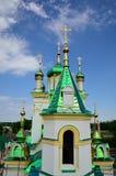 Ukrainsk kristen kyrka på bakgrunden av byn arkivbilder