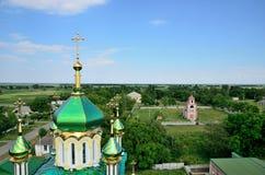 Ukrainsk kristen kyrka på bakgrunden av byn royaltyfri fotografi