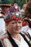 Ukrainsk kvinna i en gammal pittoresk närvarande autentisk nationa Arkivbild