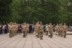 Ukrainsk militär på berömmen av dagen av segern i det andra världskriget, i Kamianets-Podilskyi 9 Maj 2019 royaltyfri bild
