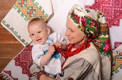 Ukrainsk moder och barn i nationella dräkter Royaltyfri Foto