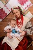 Ukrainsk moder och barn i nationella dräkter Royaltyfria Bilder