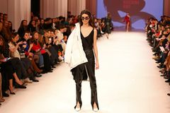 Ukrainsk modevecka FW18-19: samling av Katerina KVIT Arkivfoton