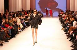 Ukrainsk modevecka FW18-19: samling av Katerina KVIT Royaltyfri Bild