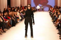 Ukrainsk modevecka FW18-19: samling av Katerina KVIT Royaltyfri Fotografi