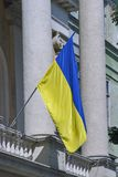 Ukrainsk nationsflagga på den Lviv gatan Royaltyfria Bilder