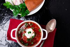 Ukrainsk traditionell borsch Rysk vegetarisk röd soppa i den vita bunken på svart bakgrund Top beskådar Borscht borshch med biet fotografering för bildbyråer