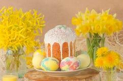 Ukrainsk traditionell påskbrödpaska eller kulich royaltyfri bild