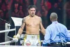 Ukrainsk yrkesmässig boxare Oleksandr Usyk, under kamp Arkivfoto