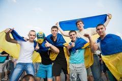 Ukrainska fotbollventilatorer med ukrainska flaggor Arkivbilder