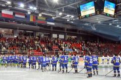 Ukrainska hockeyspelare på isen som lyssnar till hyllningssången Arkivbild