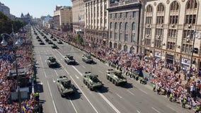 Ukrainska militärfordon kör under en militär ståtar stock video