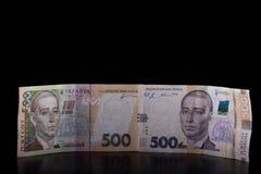 Ukrainska pengar Ny hryvnia femhundra på svart bakgrund Arkivfoton