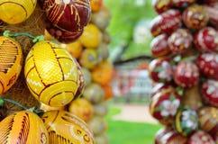 Ukrainska pysankas på de festliga kolonnerna Royaltyfri Bild
