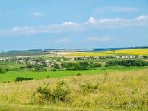 Ukrainskt landskap - by bland fält royaltyfria bilder