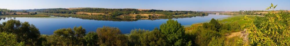 Ukrainskt landskap med floden Royaltyfri Foto