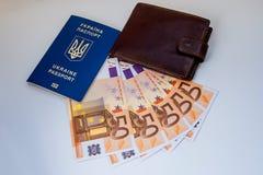 Ukrainskt pass med sedlar och en handväska arkivfoto