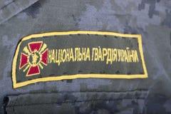 Ukrayina, Kiew, Unabhängigkeits-Quadrat, am 24. August: Chevron-Nationalgarde von Ukraine, auf der Form eines Soldaten Stockbild