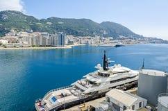 Ukrywa i zatoka Gibraltar z gęsto ludnościowym grodzkim terenem Nero i luksusowym jachtu Alfa zdjęcie stock