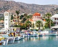 Ukrywa miasteczko Elounda na wyspie Crete zdjęcie stock