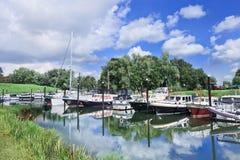 Ukrywa z jachtami w zielonym środowisku, Woudrichem holandie obraz stock