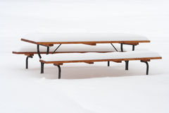 ukrywanie śniegu na piknik tabeli Zdjęcia Royalty Free