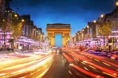 Łuku De Triomphe Paryż miasto przy zmierzchem Obrazy Royalty Free