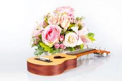 Ukulélé et belle fleur Image stock