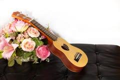 Ukulélé et belle fleur Images libres de droits