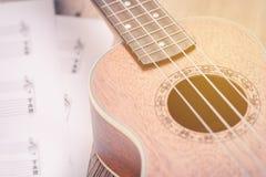 Ukulélé et notes de papier musicales Images libres de droits