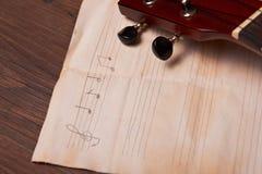 Ukulélé et notes de papier musicales Photos libres de droits