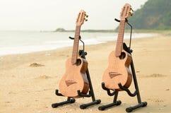Ukulélé traditionnelle hawaïenne d'instrument sur la plage Images libres de droits