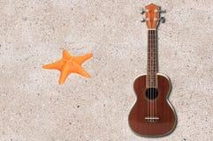 Ukulele и звезда моря Стоковые Изображения