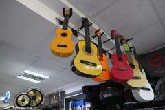 Ukulele e chitarre in un deposito dello strumento musicale Immagini Stock Libere da Diritti