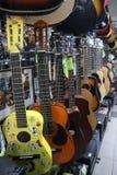 Ukulele e chitarre in un deposito dello strumento musicale fotografia stock libera da diritti