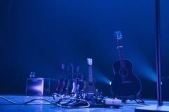Ukulele och akustisk gitarr på etapp royaltyfri foto