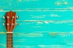 Ukulele tło, ukulele, ukulele na Błękitnym Drewnianym tle/ Zdjęcia Royalty Free