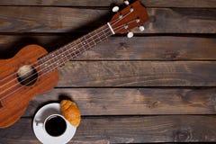 Ukulele ukulele z filiżanką kawy i croissant Obraz Royalty Free